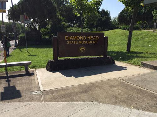 ダイヤモンドヘッド登山口の看板