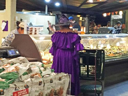 スーパーで魔女が買い物