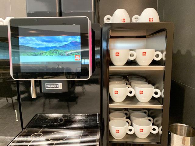 ホノルル空港 ANAスイートラウンジ(ファーストクラス利用者) コーヒーはイリー